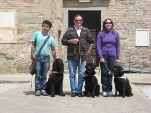 immagine dei non vedenti alla fine del corso, sorridenti con i cani