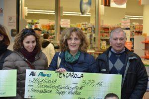 La nostra presidente Paola mostra l'assegno di Alì Supermercati
